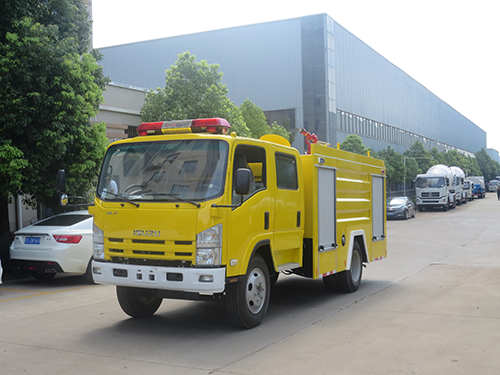 Dubai customers purchase Isuzu 4 tons foam fire truck for the first time